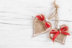 2 декоративных сердца на деревянной белой предпосылке Стоковые Фотографии RF