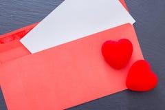 2 декоративных сердца на конверте Стоковое Фото