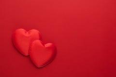 2 декоративных сердца на красной бумаге Плоское положение Стоковое Изображение RF