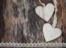 2 декоративных сердца на постаретой деревянной предпосылке Принципиальная схема дня Валентайн Стоковые Фотографии RF