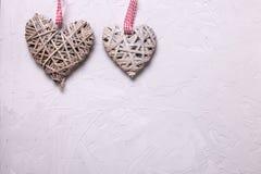 2 декоративных сердца на серой текстурированной предпосылке Стоковое фото RF