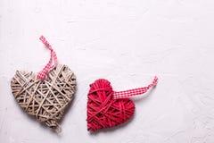 2 декоративных сердца на серой текстурированной предпосылке Стоковые Изображения RF