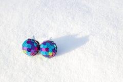 2 декоративных сферы на белом снеге Стоковые Фото