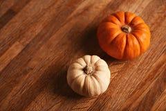 2 декоративных тыквы на деревянном столе Стоковые Фотографии RF