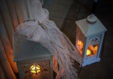 2 декоративных фонарика с свечами Стоковые Фотографии RF