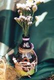 декор дня Валентайн любовная история девушки сада мальчика целуя бутылки с цветками романтичный d Стоковая Фотография