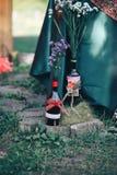декор дня Валентайн любовная история девушки сада мальчика целуя бутылки с цветками романтичный d Стоковая Фотография RF