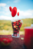 декор дня Валентайн любовная история девушки сада мальчика целуя украшенная таблица, сердца, romant Стоковое Изображение