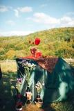 декор дня Валентайн любовная история девушки сада мальчика целуя украшенная таблица, сердца, romant Стоковые Фото