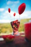 декор дня Валентайн любовная история девушки сада мальчика целуя украшенная таблица, сердца, romant Стоковые Фотографии RF