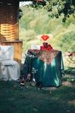 декор дня Валентайн любовная история девушки сада мальчика целуя украшенная таблица, сердца, romant Стоковое Изображение RF