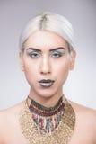 Ексцентрик портрета девушки составляет ожерелье Стоковая Фотография RF