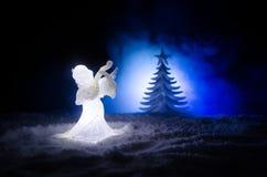Ель диаграммы и стекла xmas Анджела рождества стеклянная, рождественская елка, docorative элементы на темной предпосылке рождеств Стоковое Изображение RF