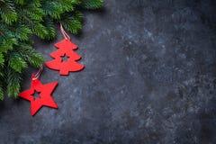 Ель и оформление рождества над каменной предпосылкой Стоковые Изображения