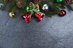 ель колокола рождества geeen лента с счастливого рождествами текста на sto Стоковое фото RF
