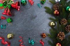 ель колокола рождества geeen лента с счастливого рождествами текста на sto Стоковое Изображение RF