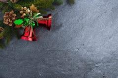 ель колокола рождества geeen лента с счастливого рождествами текста на sto Стоковое Изображение
