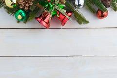 ель колокола рождества geeen лента с счастливого рождествами текста Стоковые Фотографии RF