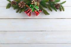 ель колокола рождества geeen лента с счастливого рождествами текста Стоковая Фотография RF