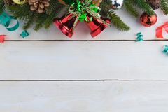 ель колокола рождества geeen лента с счастливого рождествами текста Стоковые Изображения RF