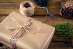 Ель, конус сосны и оборачивая материалы на деревянном столе Стоковые Фото