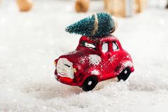Ель нося миниатюрного красного автомобиля на предпосылке рождества Стоковое фото RF