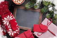 Ель, подарок, mittens и доска рождества Стоковые Фото