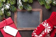 Ель, подарок, mittens и доска рождества Стоковые Изображения RF