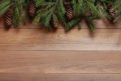 Ель разветвляет с конусами на деревянной предпосылке Стоковая Фотография RF