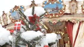 Ель рождества с концом-вверх игрушек Украшение города на праздник На заднем плане из поворотов фокуса акции видеоматериалы