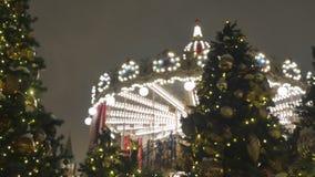 Ель рождества с концом-вверх игрушек Украшение города на праздник На заднем плане из поворотов фокуса видеоматериал
