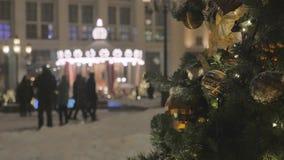 Ель рождества, украшенная с игрушками На заднем плане весел-идти-круглое, для развлечений детей внутри сток-видео