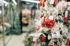 Ель рождества украшенная с шариками и снегом стоковая фотография rf