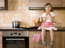 ел девушку меньшяя булочка Стоковые Изображения