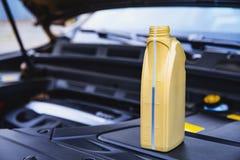 Емкость с машинным маслом около двигателя автомобиля стоковое фото rf