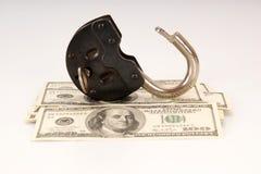 100 денег долларовых банкнот и большого старого замок Стоковое Изображение RF