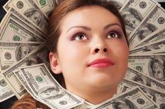 деньги изолированные предпосылкой над белой женщиной Стоковое фото RF