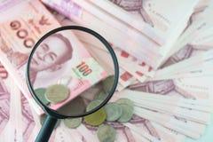 деньги стекла увеличивая стоковое изображение