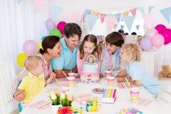 день рождения ягнится партия Семейное торжество с тортом Стоковые Фото