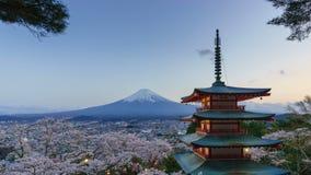день 4K к timelapse ночи Mt Фудзи с пагодой Chureito весной, Япония