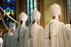 Епископы во время массы стоковая фотография rf