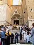Епископ дает благословение от лестниц собора хиа Стоковые Фотографии RF
