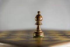 Епископ на деревянной шахматной доске, игра в шахматы Стоковое фото RF