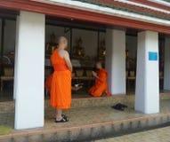 Епитимия буддийского монаха перед входом виска Стоковое фото RF