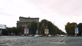 ЕРЕВАН, АРМЕНИЯ - 17-ое ноября 2017: Движение управляет через квадрат, очень центр Еревана, столицы Армении видеоматериал