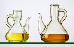 2 деревенских кристаллических oilcans с маслом на полке Стоковая Фотография RF