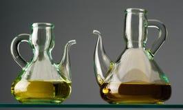 2 деревенских кристаллических oilcans с маслом на полке Стоковые Фотографии RF