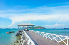 деревянная дорожка молы с pavillion к морю Стоковые Изображения