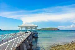 деревянная дорожка молы с pavillion к морю Стоковое Фото