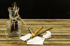 деревянная предпосылка с щетками белой бумаги и стекла Стоковые Фото